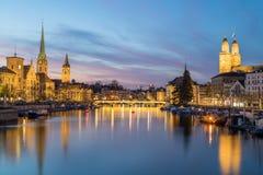 Klassiska sikter av den Zurich horisonten på solnedgången royaltyfria foton