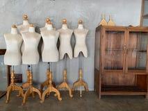 Klassiska skyltdockamodeller på väggen royaltyfria bilder