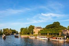 Klassiska små kryssningfartyg på den berömda holländska floden Vecht royaltyfria bilder