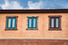 Klassiska träfönster Arkivbild