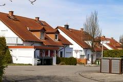 Klassiska tyska bostads- hus med orange tegelpannor och Royaltyfria Foton