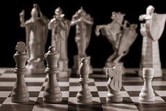 Klassiska vita schackstycken och de samma styckena i form av mig Royaltyfri Fotografi