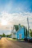 Klassiskt amerikanskt hus i solnedgången Arkivfoton