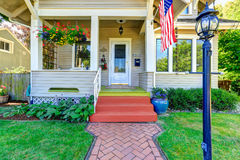 Klassiskt amerikanskt hus med flaggan Royaltyfri Foto