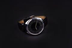 Klassiskt armbandsur för man på svart bakgrund Royaltyfria Bilder