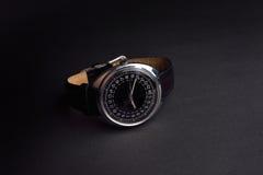 Klassiskt armbandsur för man på svart bakgrund Tid Arkivbilder