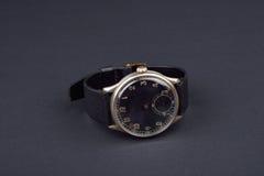 Klassiskt armbandsur för man på svart bakgrund Tid Royaltyfria Foton