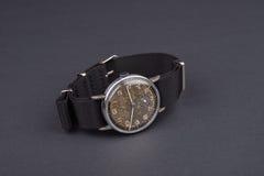 Klassiskt armbandsur för man på svart bakgrund Tid Fotografering för Bildbyråer