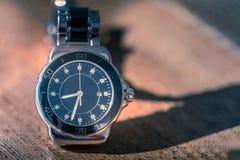 Klassiskt armbandsur på trä royaltyfri fotografi