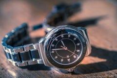 Klassiskt armbandsur på trä fotografering för bildbyråer