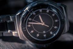 Klassiskt armbandsur på trä arkivbild
