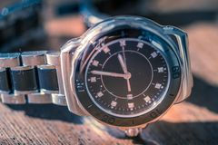 Klassiskt armbandsur på trä arkivbilder