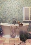 Klassiskt badrum i landsstil arkivfoto