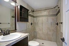 Klassiskt badrum med den beigea tegelplattan royaltyfria foton