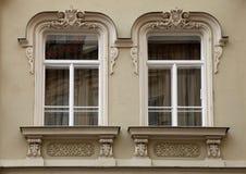 Klassiskt barockt fönster i Prague, Tjeckien royaltyfria bilder