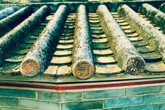 Klassiskt belagt med tegel tak i Kina, gammalt tak för traditionell kines med tegelplattor Arkivbilder