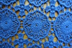 Klassiskt blått spets- tyg på trä royaltyfri fotografi