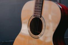 Klassiskt byggande för gitarr vid trästil royaltyfri fotografi