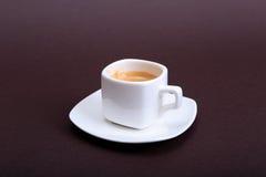Klassiskt espressokaffe i den vita koppen på mörk bakgrund Top beskådar arkivfoto