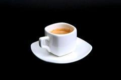 Klassiskt espressokaffe i den vita koppen som isoleras på mörk bakgrund Top beskådar arkivbilder