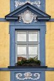 Klassiskt färgrikt fönster med fronton i Prague arkivbild