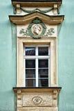 Klassiskt färgrikt fönster med fronton i Prague royaltyfri bild