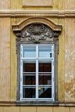 Klassiskt färgrikt fönster med fronton i Prague arkivfoto