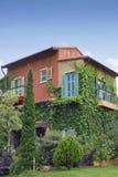 klassiskt färgrikt trädgårds- hus Arkivbild