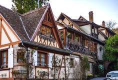 Klassiskt franskt hus i bostads- område av Strasbourg, blos royaltyfri fotografi
