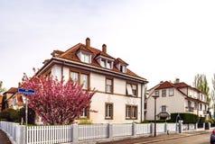 Klassiskt franskt hus i bostads- område av Strasbourg, blos royaltyfria foton