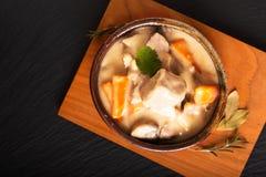 Klassiskt franskt matbegrepp Blanquette de Veau eller kalvk?tt i s?s f?r vitt vin i handgjord keramisk kopp med kopieringsutrymme arkivbilder