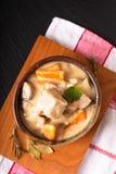Klassiskt franskt matbegrepp Blanquette de Veau eller kalvk?tt i s?s f?r vitt vin i handgjord keramisk kopp med kopieringsutrymme royaltyfria bilder
