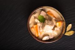 Klassiskt franskt matbegrepp Blanquette de Veau eller kalvk?tt i s?s f?r vitt vin i handgjord keramisk kopp med kopieringsutrymme arkivfoto