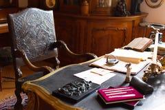 Klassiskt gammalt kontorsrum med härlig trästol och den enorma tabellen royaltyfri bild