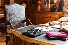 Klassiskt gammalt kontorsrum med h?rlig tr?stol och den enorma tabellen royaltyfria bilder