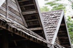 Klassiskt gammalt tr?tak f?r arkitektur arkivfoton