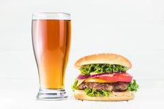 Klassiskt hamburgare- och ölexponeringsglas Royaltyfri Foto