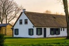 Klassiskt holländskt bondehus med ett halmtäckt tak, arkitektur på bygden av Nederländerna royaltyfri foto