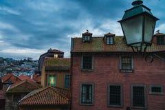 Klassiskt hus i porto ribeira områdescolorfull med molnig himmel arkivbilder