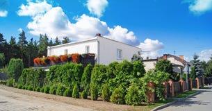 Klassiskt hus med blommaträdgården Royaltyfri Foto