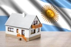 Klassiskt hus mot Argentina flaggabakgrund arkivfoton