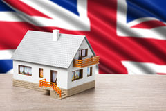 Klassiskt hus mot brittisk flagga Arkivbild