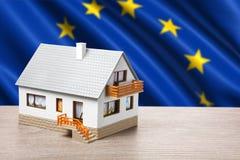 Klassiskt hus mot EU-flagga royaltyfri bild