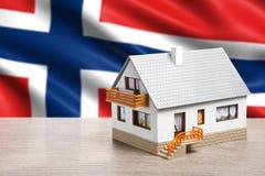 Klassiskt hus mot Norge flaggabakgrund royaltyfri fotografi