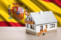 Klassiskt hus mot spanjorflagga royaltyfri fotografi