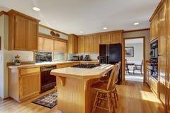 Klassiskt kök med den ädelträgolvet och ön royaltyfria bilder
