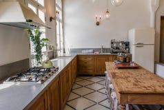 Klassiskt kök med den stora tabellen arkivfoton