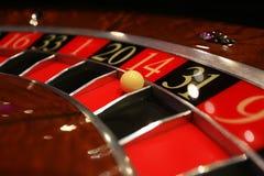 Klassiskt kasinorouletthjul med bollen fotografering för bildbyråer