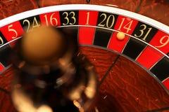 Klassiskt kasinorouletthjul med bollen royaltyfria foton