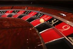 Klassiskt kasinorouletthjul med bollen royaltyfri foto